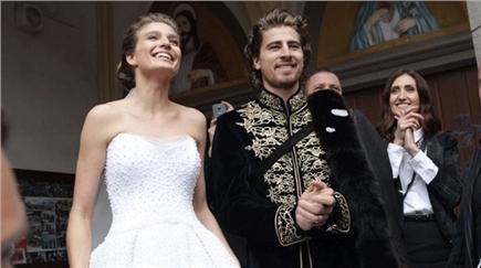 432381e7c Katka v rozprávkových princeznovských šatách a Peter v štýlovom obleku so  slovanským nádychom si sľúbili večnú lásku na Orave.