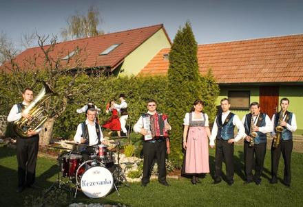 53eba01c8 FOTO DŇA Harmonikár, kapela a starejší | všetko, čo nevesta ...