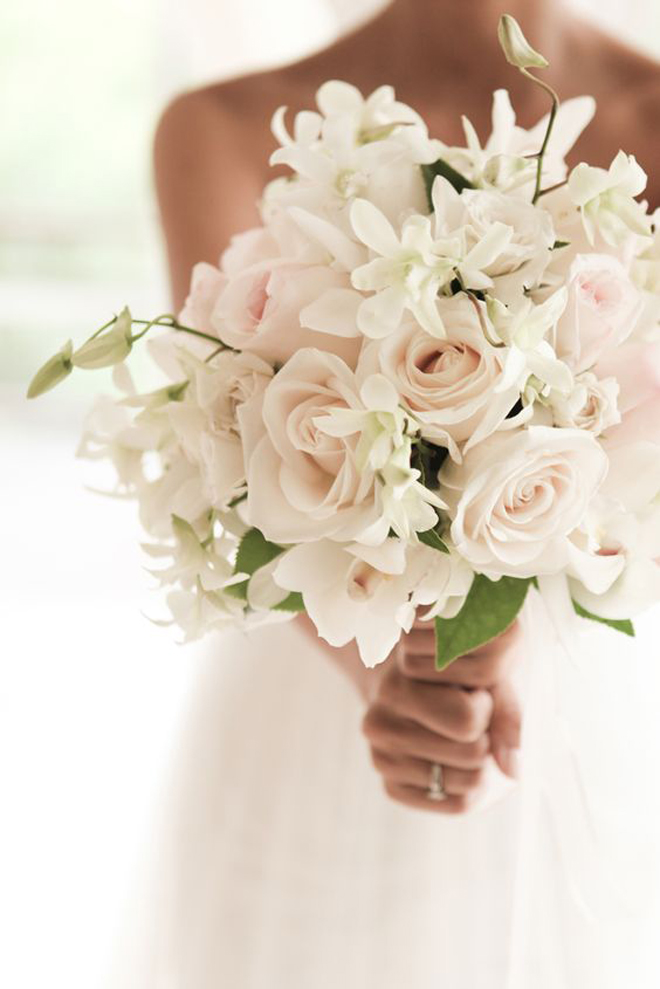 ae3e6bd1a5 Veľmi dievčensky a romanticky zároveň pôsobí svadobná kytica tvaru  polmesiaca. Môže byť obojstranne symetrická alebo z jednej strany predĺžená.