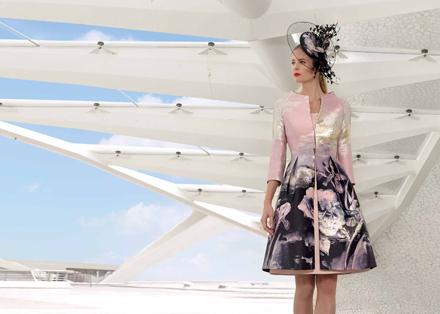 35986b48e55d Vhodnou voľbou sú jednoduché krátke šaty skombinované s krajkovým kabátikom  s 3 4 rukávom alebo krátkym jednofarebným kabátikom. Rozhodne sa treba  prikloniť ...