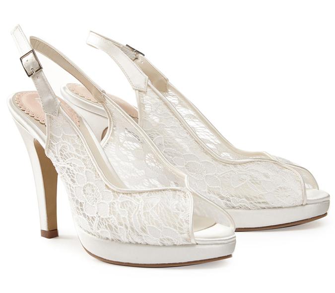 2f51e258dab3 Na prvý pohľad majú topánky romantický vintage nádych. Pekný kontrast  vytvoria topánky s výšivkami