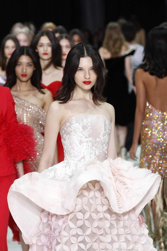 a2fdc18e58 Pamätáte sa na minuloročný parížsky týždeň couture módy  Ak nie