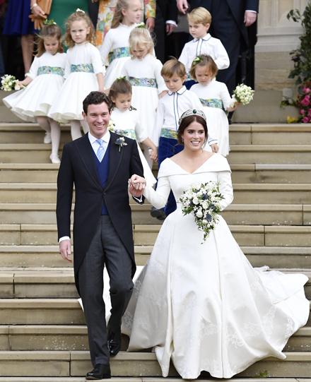 27bd1203a2ed Šťastní novomanželia po obrade rozdávali úsmevy všetkým naokolo a v  sprievode detí a rodiny vyšli z kaplnky
