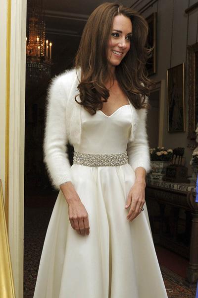 b005961cf111 ... a tak jediným doplnkom okrem opasku bolo ľahučké bolerko. Krásu Kate  Middleton podčiarkli aj rozpustené vlasy a samozrejme spokojný úsmev na  tvári.