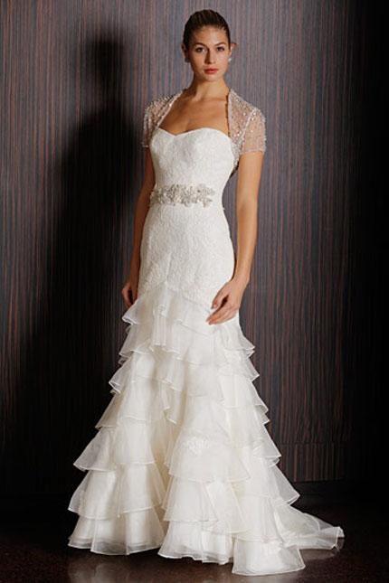 576fa10bec48 Snehobiele šaty so spusteným pásom a bohato nariasenými volánmi