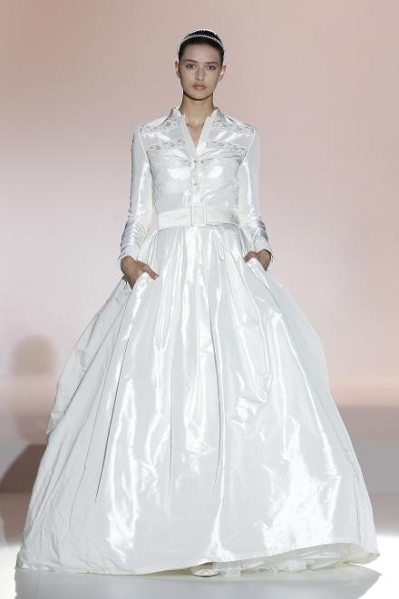 19b62c004f34 Napríklad návrhárka Rosa Clara použila dlhé rukávy pri zaujímavom modeli z  lesklého materiálu