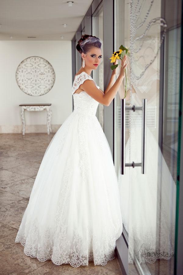Čipkované svadobné šaty na širšie ramienka s tulipánovou sukňou schovajú aj  širšie boky a pekne vyniknú i na neveste e993edf3c87