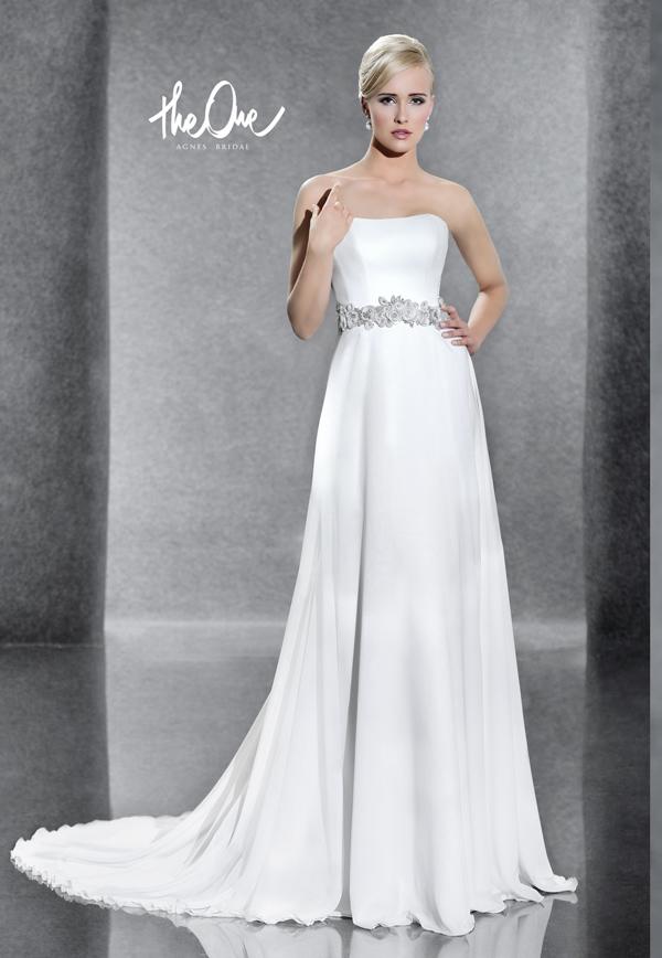 5883587795bf Decentné a elegantné šaty prekvapia svojou rafinovanou jednoduchosťou. Pekne  tvarovaný korzet oddeľuje od padavej sukne s vlečkou nápaditý opasok.
