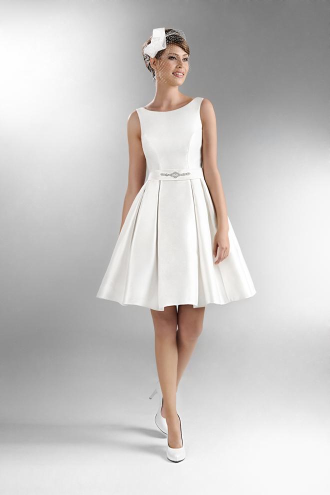 96450a065ade Súčasťou kolekcie sú aj pôvabné krátke svadobné šaty. Pre nevesty