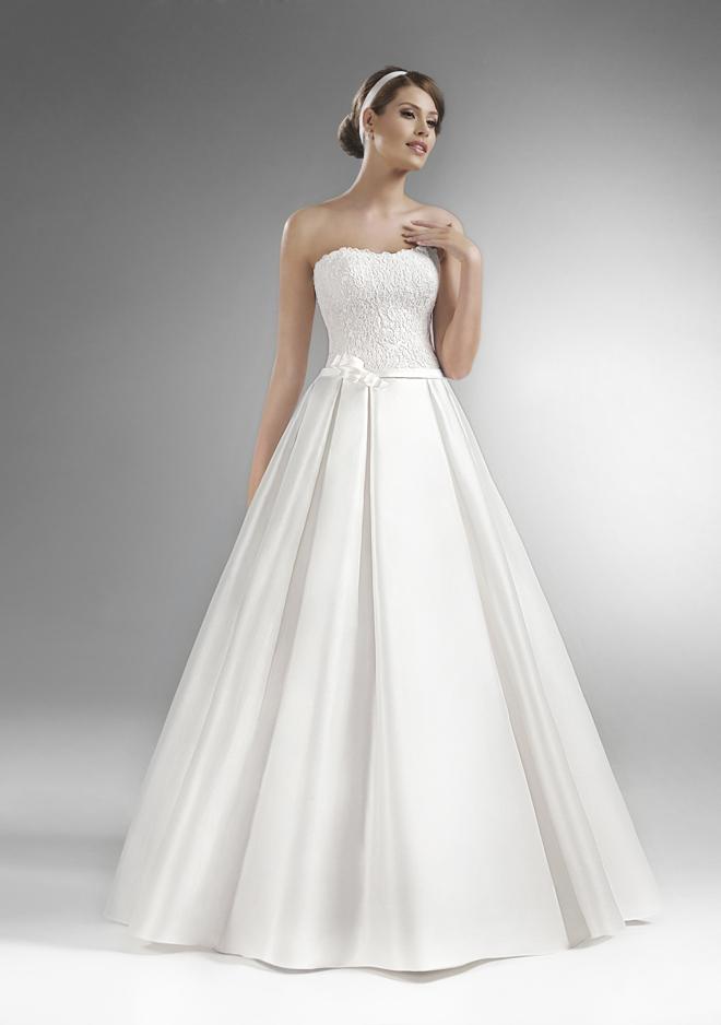 d2101a24c017 Svadobné šaty sú zdobené jemnou aplikáciou v páse